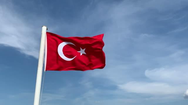 vidéos et rushes de indicateur turc dans le vent - drapeau turc
