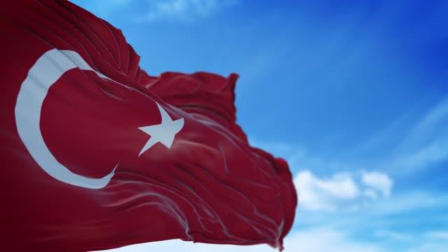 vidéos et rushes de drapeau turc agite lentement contre le ciel bleu dans la résolution 4k - drapeau turc