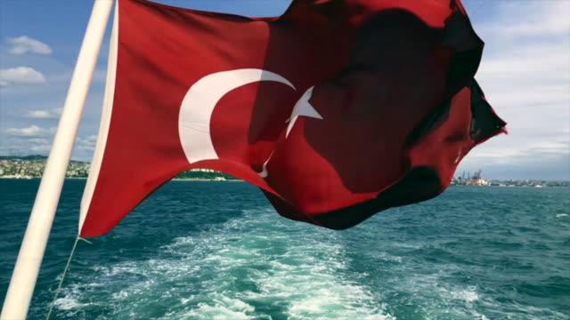 Türkische Flagge des Schiffes in Istanbul