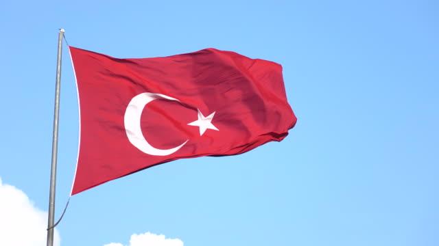 vídeos y material grabado en eventos de stock de bandera turca en el cielo azul con nubes blancas - selimaksan