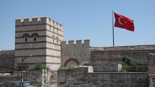 türkische flagge an der istanbuler stadtmauer - surrounding wall stock-videos und b-roll-filmmaterial