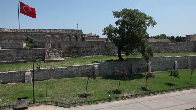 turkish flag on istanbul city wall - muro di recinzione video stock e b–roll