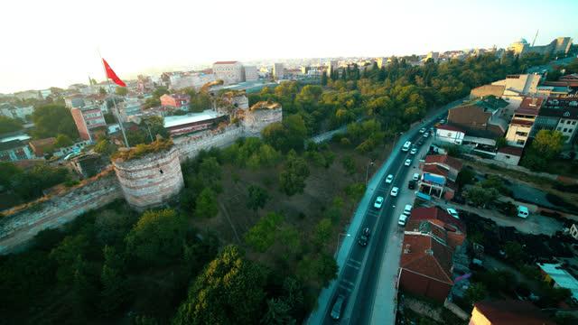 türkische flagge an istanbul mauern, die die stadt bei sonnenaufgang umgeben - surrounding wall stock-videos und b-roll-filmmaterial