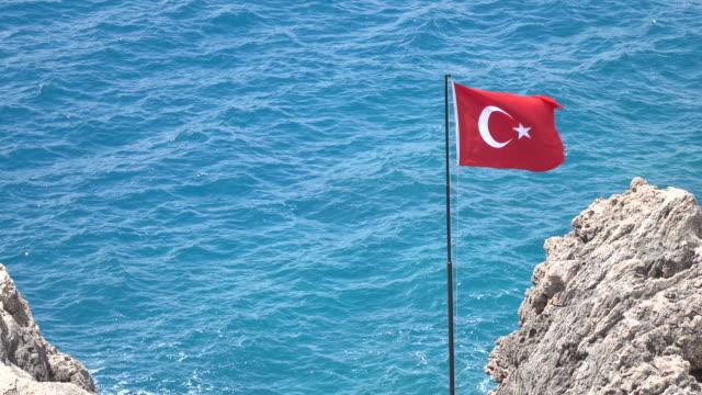 Türkische Flagge auf türkisfarbenem Meer Wasser