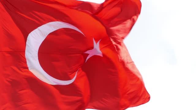 vidéos et rushes de un drapeau turc soulevé dans une journée claire et ensoleillée - drapeau turc