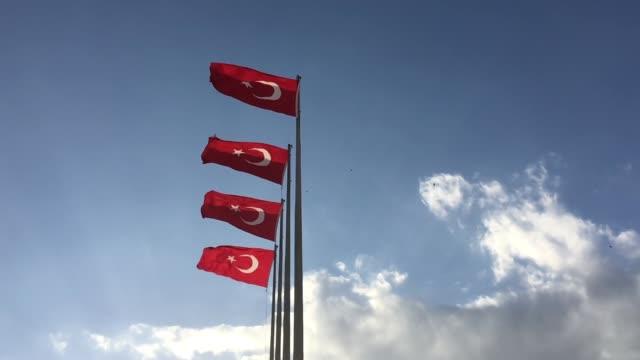 Türkische Flagge, Slow-Motion. Windigem Wetter.