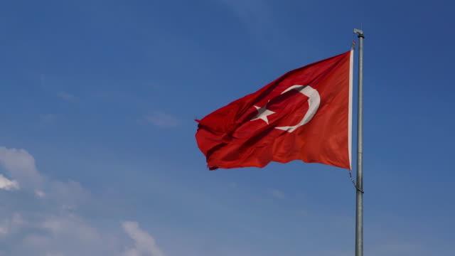 vidéos et rushes de drapeau turc ondulant contre le ciel bleu - turquie
