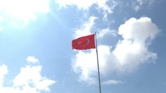 stockvideo's en b-roll-footage met turkse vlag zwaaien in blauwe lucht buitenshuis - paalzitten