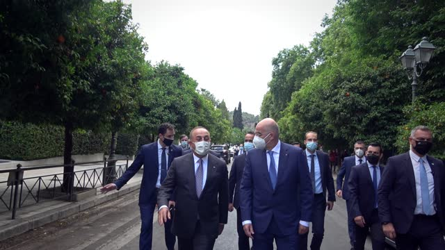 stockvideo's en b-roll-footage met turkish foreign minister mevlut cavusoglu and greek foreign minister nikos dendias walk in the center of the greek capital on may 31, 2021 in athens,... - democratie