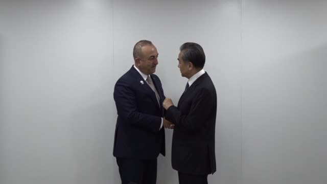 turkish foreign minister mevlut cavusoglu and his chinese counterpart wang yi hold a meeting on the sidelines of the 52nd asean foreign ministers'... - 大臣点の映像素材/bロール