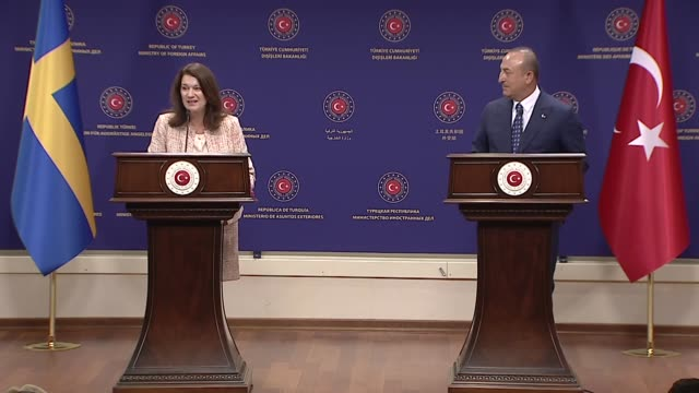 vidéos et rushes de turkish foreign minister mevlut cavusoglu holds a joint press conference with his swedish counterpart ann linde in ankara on october 13, 2020.... - homme politique