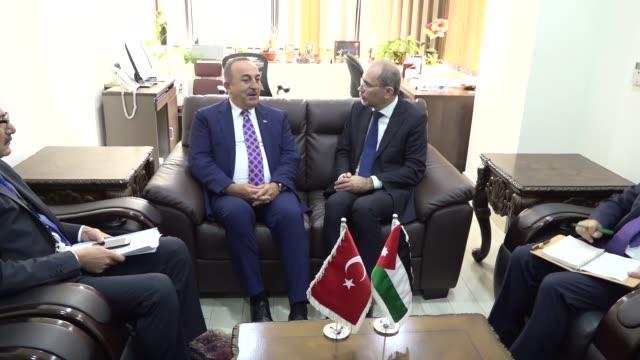 turkish foreign minister mevlut cavusoglu meets his jordanian counterpart ayman safadi following the extraordinary meeting of council of foreign... - jiddah stock-videos und b-roll-filmmaterial