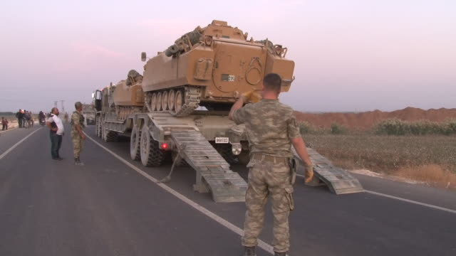 vídeos de stock, filmes e b-roll de turkish military getting into tanks ready to cross the border into syria on the 10 october 2019 in the syrianturkish borderturkey - curdo