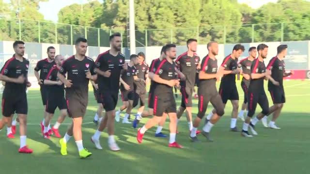 vídeos de stock, filmes e b-roll de turkish national football team players attend a training led by head coach senol gunes in belek district of antalya turkey on may 27 2019 turkey's... - senol guenes