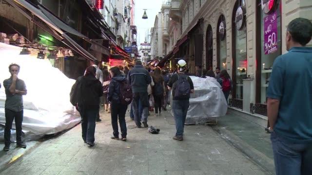 vídeos y material grabado en eventos de stock de turkish police fire tear gas and water cannon at hundreds of people in istanbul and ankara as demonstrations marking a year since deadly anti... - artículo de emergencia
