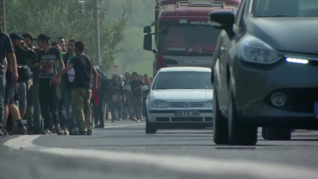 vídeos de stock, filmes e b-roll de turkish police stop the syrian refugees while walking along the tem motorway towards northwestern edirne province on september 21 2015 in istanbul... - micrografia