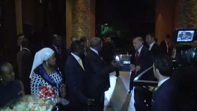 vidéos et rushes de turkish president recep tayyip erdogan and his wife emine erdogan are welcomed by ugandan foreign minister sam kutesa and lands, housing and urban... - kampala