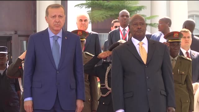 vidéos et rushes de turkish president recep tayyip erdogan and his wife emine erdogan are welcomed by ugandan president yoweri museveni and his wife janet museveni with... - kampala