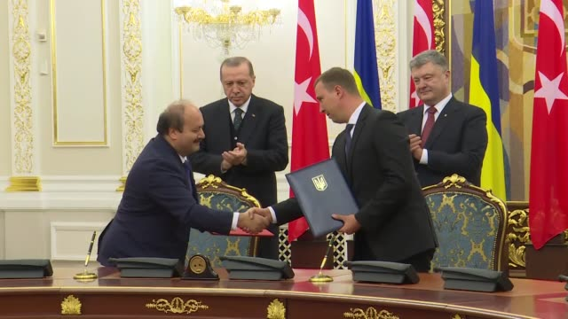 turkish president recep tayyip erdogan and president of ukraine petro poroshenko are seen during a signing ceremony of bilateral agreements between... - ウクライナ点の映像素材/bロール