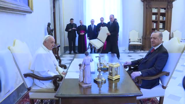turkish president recep tayyip erdogan meets with pope francis at apostolic palace on february 05 2018 in vatican city vatican - ヴァチカン市国点の映像素材/bロール