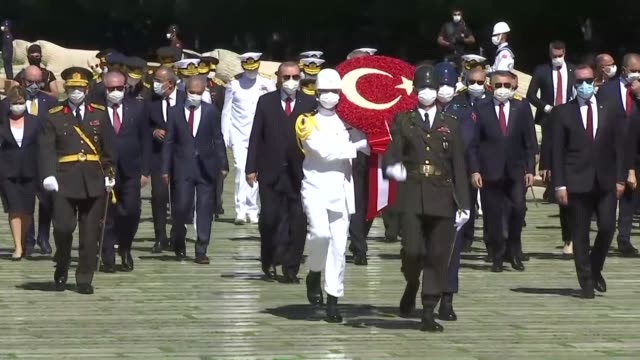 vidéos et rushes de turkish president recep tayyip erdogan, senior government and high-ranking military officials, and opposition leaders attend a wreath-laying ceremony... - cérémonie