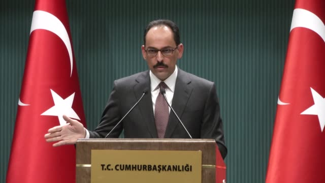 vídeos de stock e filmes b-roll de turkish presidential spokesman ibrahim kalin holds a press conference at presidental complex in ankara turkey on march 9 2017 speaking to reporters... - porta voz masculino