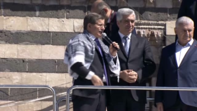 turkish prime minister ahmet davutoglu addresses the citizens at the square of the great mosque of diyarbakir after performing the friday prayer in... - トルコ首相点の映像素材/bロール