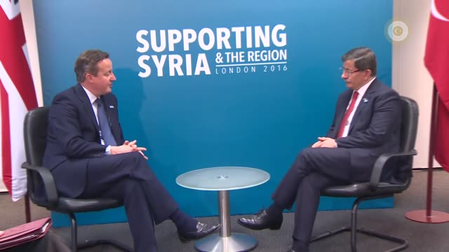 turkish prime minister ahmet davutoglu and british prime minister david cameron hold a bilateral meeting during the supporting syria and the region... - primo ministro turco video stock e b–roll