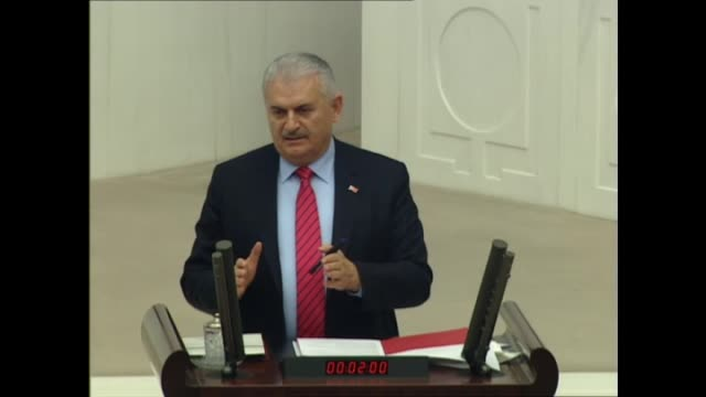 turkish prime minister and chairman of ruling justice and development party, binali yildirim speaks during a parliamentary session to debate the... - primo ministro turco video stock e b–roll