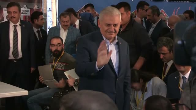 turkish prime minister and ruling justice and development party chairman binali yildirim speaks to the press as he visits press tent during ak... - primo ministro turco video stock e b–roll