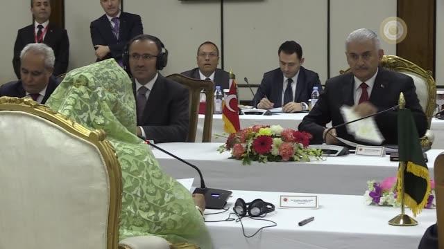 turkish prime minister binali yildirim and his bangladeshi counterpart sheikh hasina attend bilateral meeting with their delegations in dhaka,... - トルコ首相点の映像素材/bロール