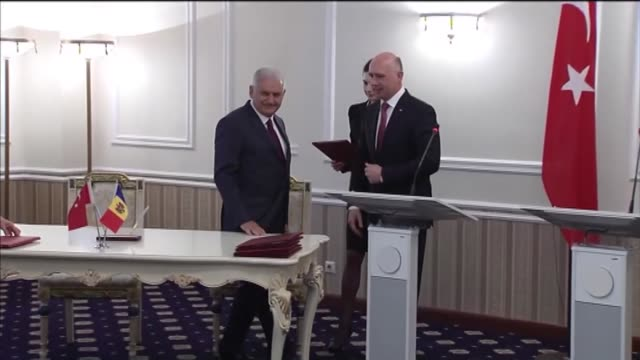 turkish prime minister binali yildirim and his moldovan counterpart pavel filip sign a joint declaration after their meeting and press conference in... - türkischer premierminister stock-videos und b-roll-filmmaterial