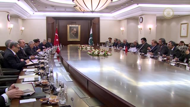 turkish prime minister binali yildirim and his pakistani counterpart nawaz sharif attend bilateral meeting with their delegation in ankara, turkey on... - primo ministro turco video stock e b–roll