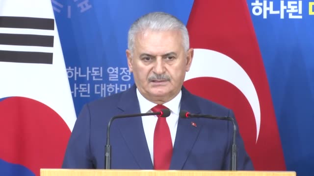 turkish prime minister binali yildirim and his south korean counterpart lee nakyeon attend a joint press conference following their meeting on... - binali yildirim stock-videos und b-roll-filmmaterial