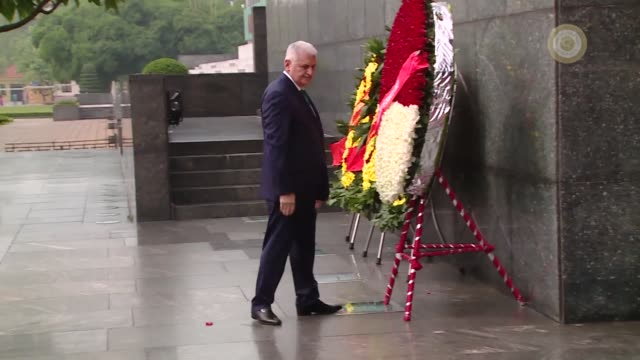 turkish prime minister binali yildirim attends a wreath laying ceremony at the mausoleum of the late vietnamese president ho chi minh in hanoi... - 花輪を捧げる点の映像素材/bロール