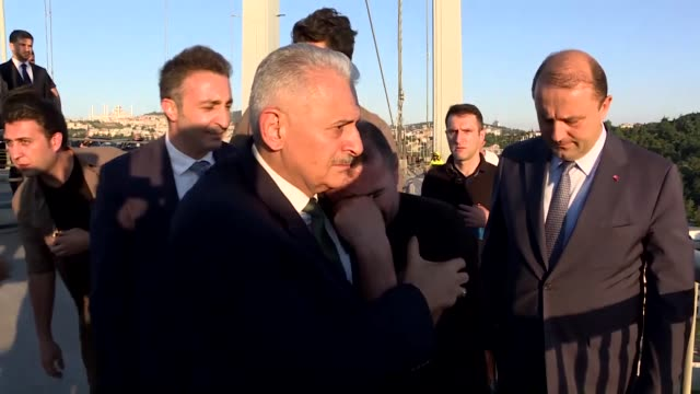 vidéos et rushes de turkish prime minister binali yildirim convinces a man who climbed over the guard rails on the july 15 martyrs bridge not to commit suicide on july... - suicide