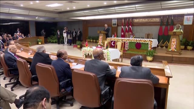 turkish prime minister binali yildirim holds a joint press conference with his bangladeshi counterpart sheikh hasina in dhaka, bangladesh on december... - primo ministro turco video stock e b–roll