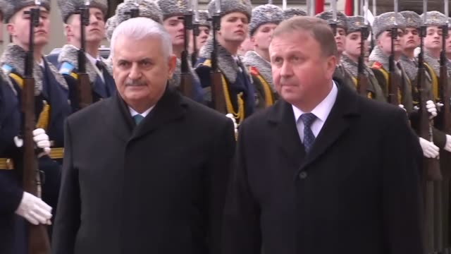 turkish prime minister binali yildirim is welcomed by belarusian prime minister andrey kobyakov with an official welcoming ceremony prior to a... - primo ministro turco video stock e b–roll