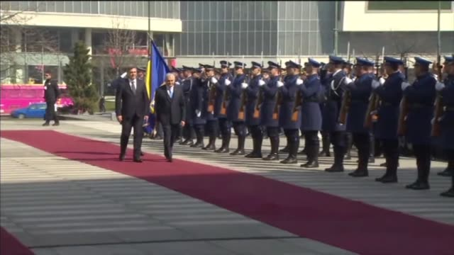 turkish prime minister binali yildirim is welcomed by bosnia and herzegovina's chairman of the bosnian council of ministers denis zvizdic with an... - türkischer premierminister stock-videos und b-roll-filmmaterial