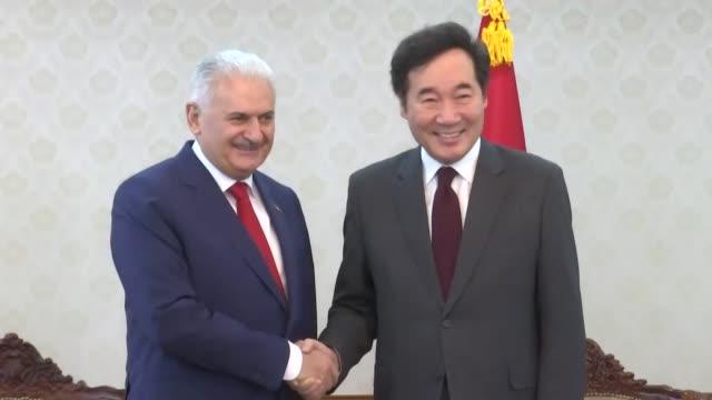 turkish prime minister binali yildirim meets with his south korean counterpart lee nak-yeon on december 06, 2017 in seoul, south korea. - primo ministro turco video stock e b–roll
