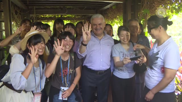 vídeos de stock, filmes e b-roll de turkish prime minister binali yildirim places the name tag to an orchid named in honour of him during his visit to the national orchid garden in... - crachá