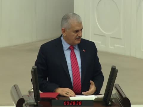 turkish prime minister binali yildirim speaks during a parliamentary session to debate the proposed constitutional changes at the turkish grand... - トルコ首相点の映像素材/bロール