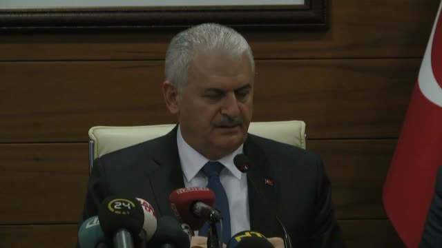 turkish prime minister binali yildirim speaks during a press conference at ataturk airport in istanbul turkey on november 22 2016 the ruling justice... - türkischer premierminister stock-videos und b-roll-filmmaterial