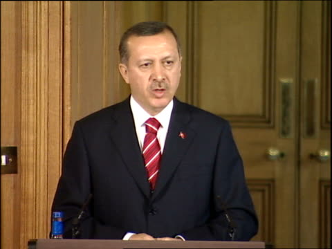 turkish prime minister tayyip erdogan at downing street: press conference; further q&a's with gordon brown and tayyip erdogan covering pkk terrorist... - トルコ首相点の映像素材/bロール