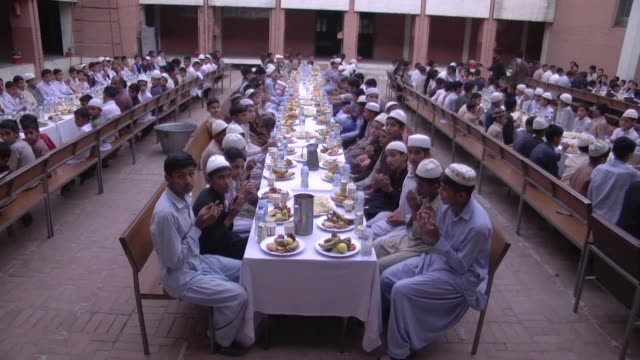 vidéos et rushes de turkish red crescent provided iftars for 500 orphans in northern pakistan on may 07 2019 the turkish aid agency organized the dinner at the arjuman... - orphelin