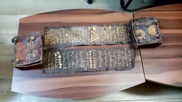 vídeos y material grabado en eventos de stock de turkish security forces seized an ancient jewish torah manuscript in the northwestern province of bursa on january 26, 2020. written on gazelle... - torah