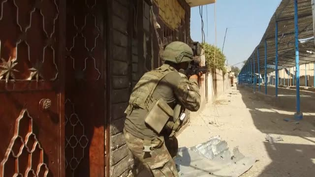 vídeos y material grabado en eventos de stock de turkish soldiers conduct search works for explosive ordnances, including improvised explosive devices and mines in liberated neighborhoods of ras... - siria