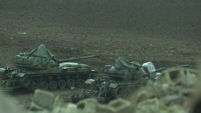 turkish soldiers prepare tanks at a military base on the syrian border - syrien stock-videos und b-roll-filmmaterial
