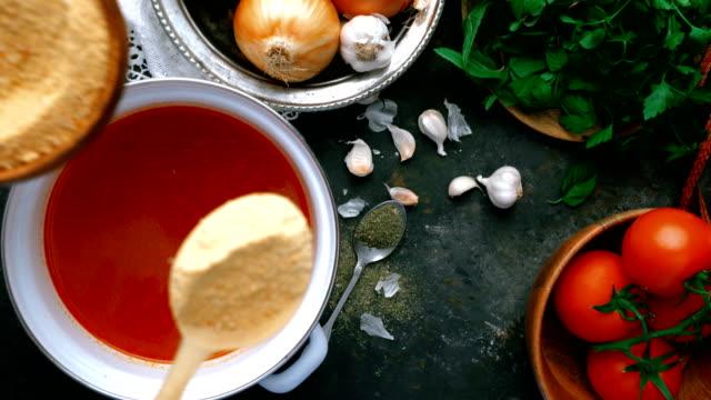 vidéos et rushes de soupe turque tarhana - ajout de tarhana biologique - bol à soupe