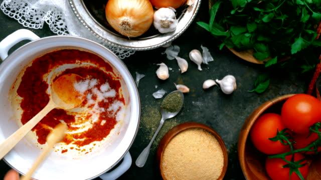 vidéos et rushes de soupe turque tarhana - ajout de sel - bol à soupe